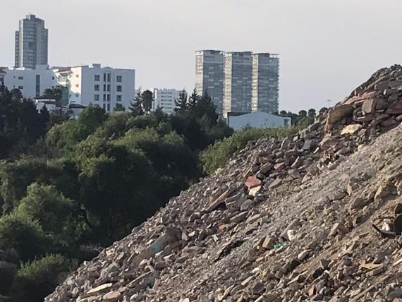 Nuevo tiradero de escombro en el río Atoyac. Vecinos involucran a Antorcha Campesina